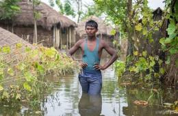 ▲ 성인 남자 허벅지 높이까지 물이 차오를 만큼, 마을이 온통 물에 잠겼습니다. (출처: 월드비전)