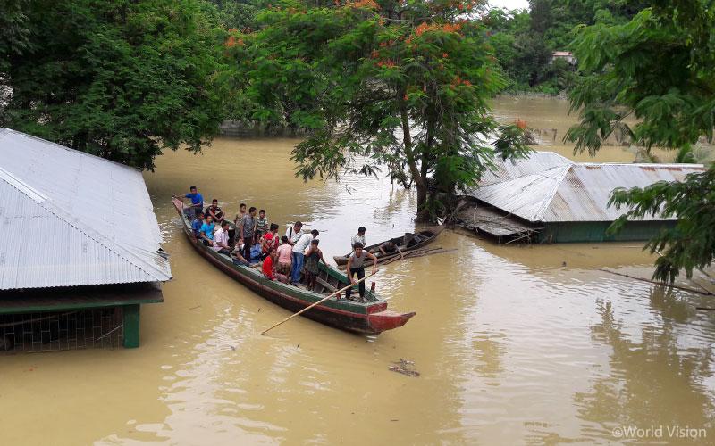▲ 물에 잠겨 지붕만 드러낸 마을에서 배를 타고 다니며 잔해들을 살펴보고 있습니다. (출처: 월드비전)