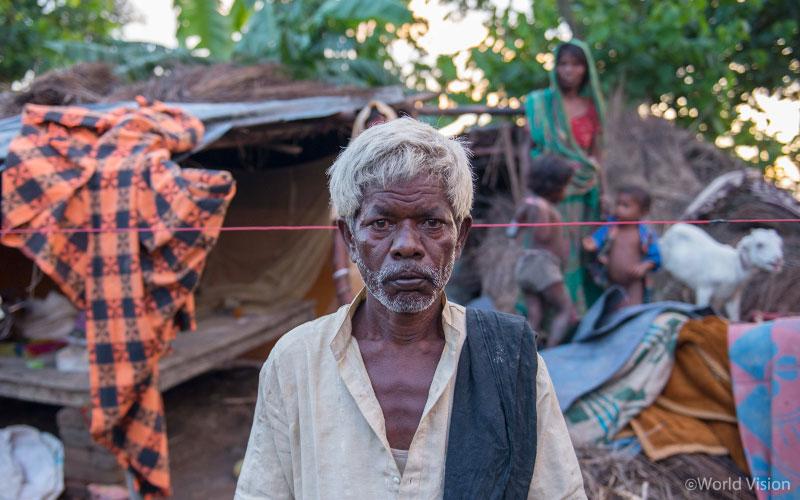 ▲ 부다(Budha Sada, 55세) 씨는 홍수로 집을 잃고 망연자실하며, 당장 먹을 거리가 없는 오늘을 걱정하고 있습니다. (출처: 월드비전)