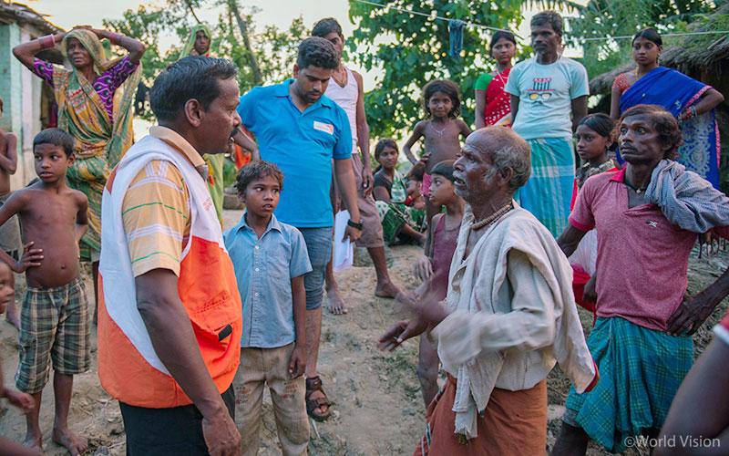 ▲ 홍수 피해 지역에 파견된 월드비전 직원이 주민들을 직접 만나 이야기를 듣고 있습니다. (출처: 월드비전)