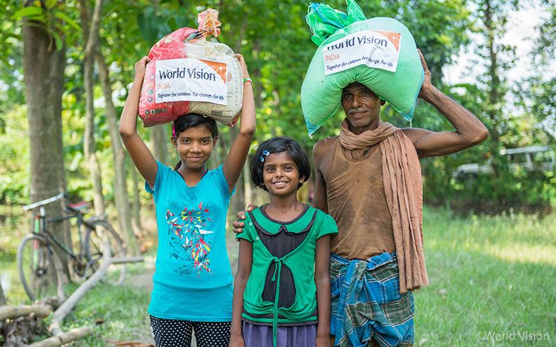 ▲ 네하(Neha Kumari, 9세, 가운데)는 언니(왼쪽), 할아버지(오른쪽)와 함께 월드비전 구호물자를 지원받았습니다. (출처: 월드비전)