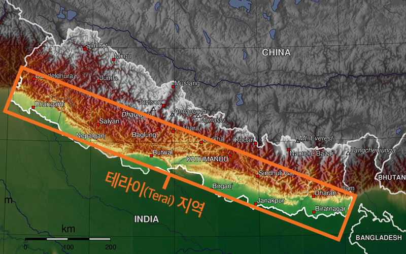 지도의 노란색과 연두색 부분이 네팔의 곡창 지대 '테라이(Terai)' 지역으로, 히말라야 산맥 발치에 있습니다. (출처: Wikipedia)