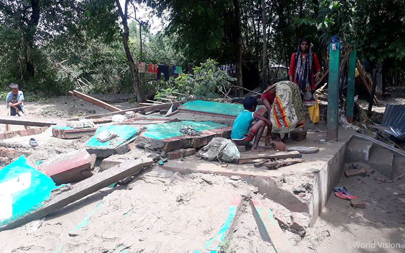 홍수가 집을 휩쓸고 지나간 자리, 집을 잃은 네팔 가족들에겐 이들을 지켜줄 안전한 공간이 필요합니다. (출처: 네팔 월드비전)