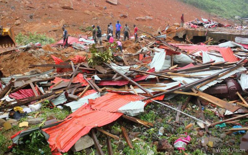 ▲ 산사태가 쓸고 지나간 후, 구조대원들이 잔해 속에 살아 있을지도 모르는 생존자를 찾고 있습니다. (출처: 로이터 통신)