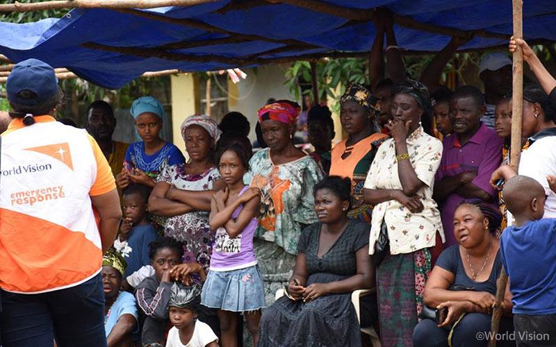▲ 대피 시설에 모인 시에라리온 산사태 피해 주민들의 모습 (출처: 월드비전)