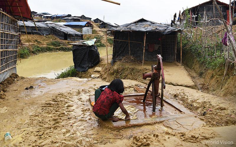 하수 시설이 없어서 설거지, 빨래 등으로 오염된 물이 천막 옆으로 흘러갑니다(출처: 월드비전)