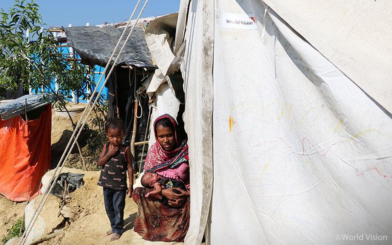 월드비전으로부터 천막을 지원받은 가족의 모습(출처: 월드비전)