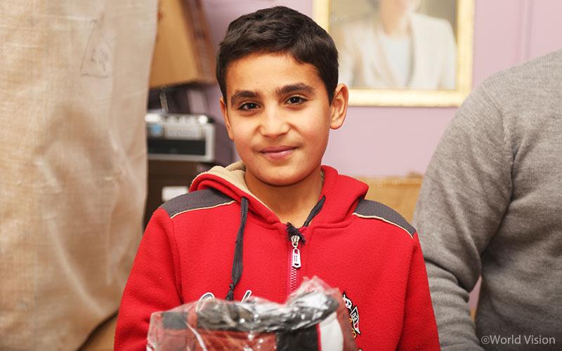지난 2016년 한국 월드비전은 요르단 난민캠프에 거주하는 500가구의 아동에게 자켓, 신발, 양말 다섯켤레를 선물했다. (사진출처: 월드비전)