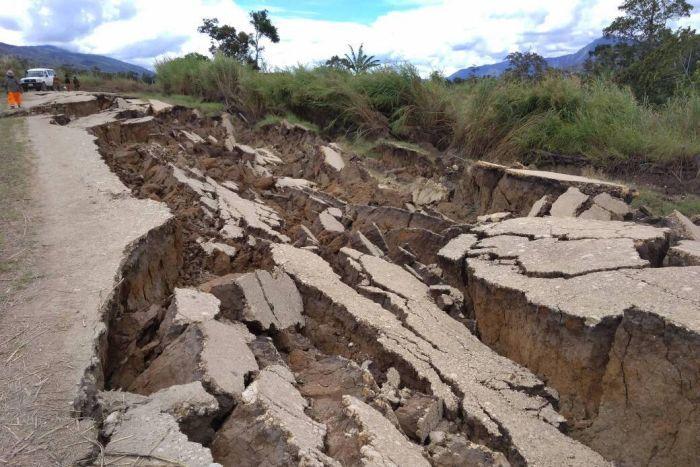 7.5 규모의 강진으로 붕괴된 도로 출처: ABC News Australia