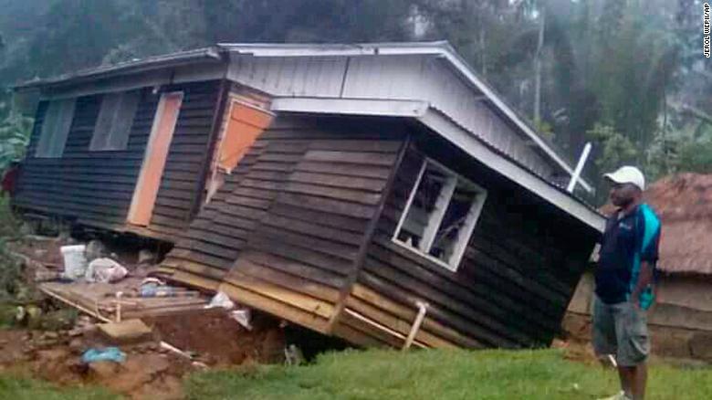 7.5 규모의 강진으로 주저앉은 집 출처: AP 통신