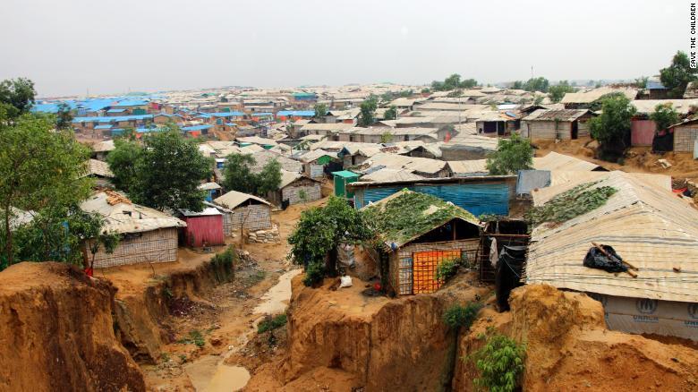 본격적인 우기를 앞두고 지난 4월 내린 폭우로 무너져 내린 지반 (사진출처: CNN)