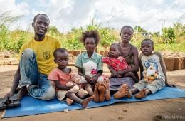 임베피 난민캠프에 거주하는 가족의 모습 (사진출처: 월드비전)