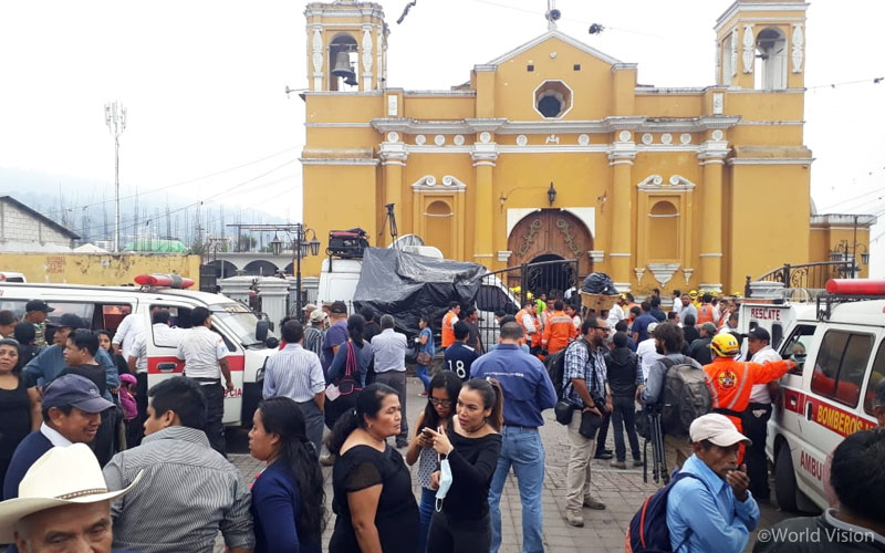 ▲ 화산 폭발 이후 인근 성당 근처로 피해 있는 주민들의 모습(출처: 월드비전)