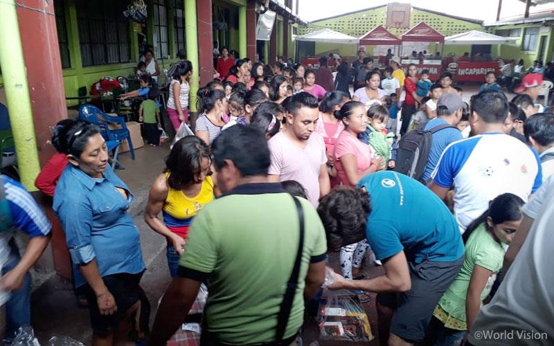 ▲ 대피소에 머물고 있는 주민들에게 구호 물자를 나눠주고 있는 모습(출처: 월드비전)