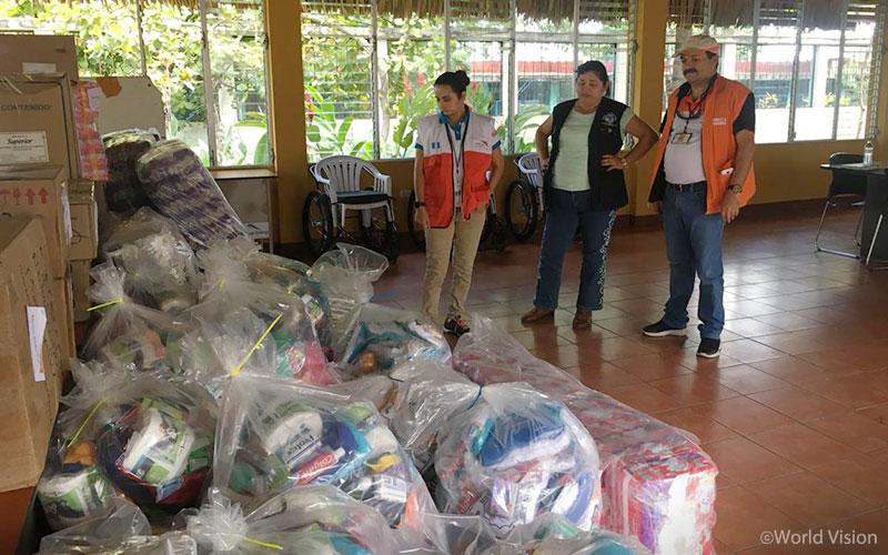 ▲ 이재민들에게 나눠줄 구호 물품들을 확인하고 있는 월드비전 직원들(출처: 월드비전)
