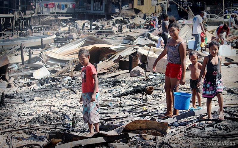 ▲지진으로 무너진 하누아바다(Hanuabada) 마을의 건물 잔해와 아이들의 모습(출처: 월드비전)