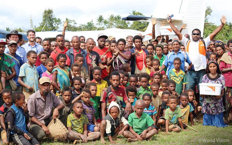 ▲구호 물자를 보급받은 무루마(Muluma)주 남부 하일랜드 지역 마을 사람들(출처: 월드비전)