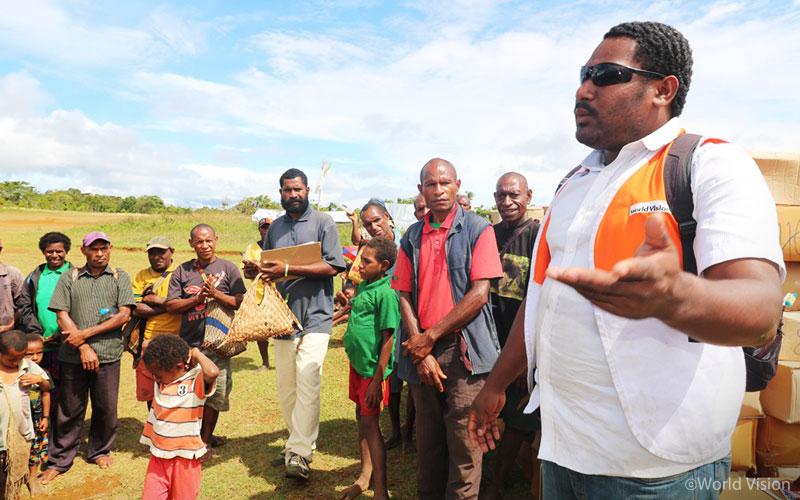 ▲피해 지역 주민들에게 구호 물품의 사용법에 대해 설명하는 파푸아뉴기니 월드비전 구호팀(출처: 월드비전)