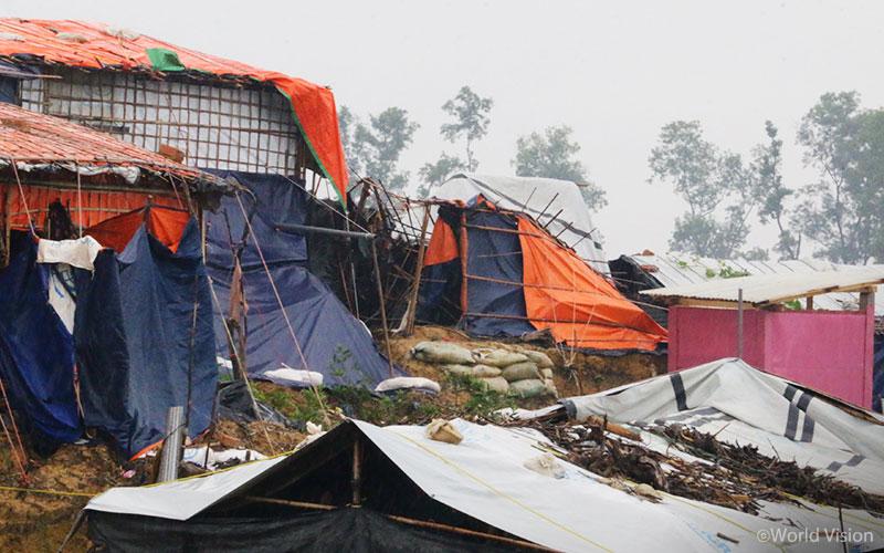 ▲ 미얀마 난민들은 피난처 지붕이 무너지는 등 비로 인한 많은 어려움을 겪고 있습니다(출처: 월드비전)