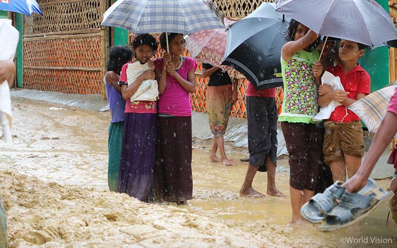 ▲ 배수시설이 미처 마련되지 못 한 난민캠프에선 비가 오면 거리에도 금새 물이 차오릅니다(출처: 월드비전)
