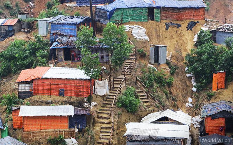 ▲ 비탈진 언덕을 따라 집과 천막들이 세워진 방글라데시 난민캠프의 모습(출처: 월드비전)