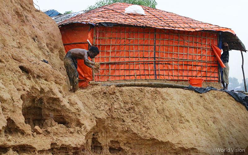 ▲ 많은 양의 비로 인해 약해진 지반을 보수하고 몬순에 대비해 천막을 보강하는 모습(출처: 월드비전)