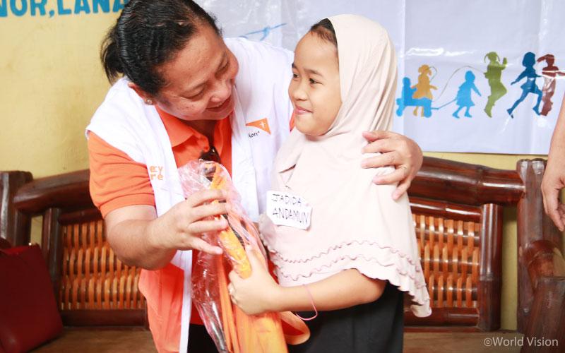 ▲ 월드비전에서 지원하고 있는 배움키트를 받고 기뻐하는 아이의 모습(출처: 월드비전)