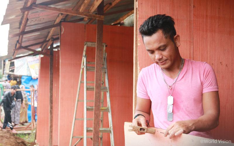 ▲ 아미르 씨는 월드비전 재건복구사업의 일환으로 마을의 시설물을 복구하는 일에 참여하고 있습니다(출처: 월드비전)