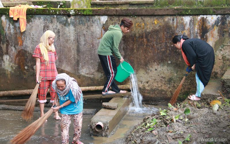 ▲ 월드비전 재건 복구 작업에 직접 참여하는 마라위 주민(출처: 월드비전)