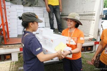 ▲ 국내실향민들을 위한 위생키트와 구호물자를 보급하는 월드비전 직원의 모습(출처: 월드비전)