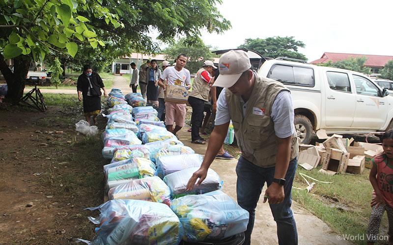 ▲주민들에게 월드비전 위생키트를 나눠주고 있는 라오스 월드비전 직원의 모습(출처: 월드비전)