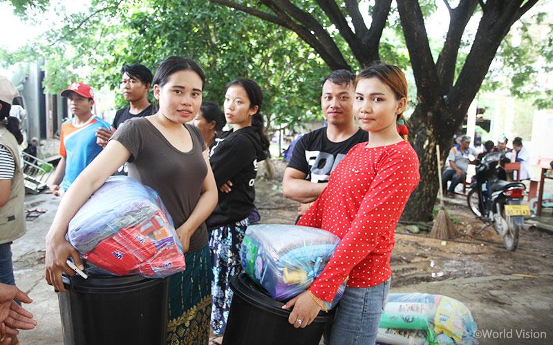 ▲월드비전이 지원한 위생키트와 양동이를 받은 라오스 주민들의 모습(출처: 월드비전)
