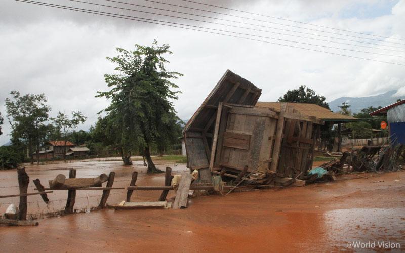 ▲ 홍수 피해로 처참해진 사남사이(Sanamxay) 지역 마을의 모습 (출처: 월드비전)