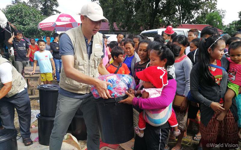 ▲ 홍수 피해 지역 주민들을 위해 위생키트 배급을 진행하고 있는 월드비전 직원들의 모습 (출처: 월드비전)