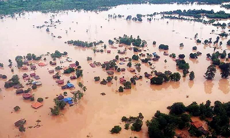 ▲태풍과 댐 붕괴로 발생한 홍수가 온 마을을 덮쳤습니다. (출처:The Guardian)