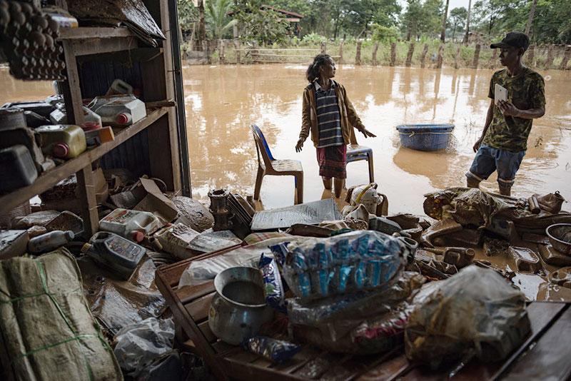 ▲ 태풍과 댐 붕괴로 발생한 홍수가 온 마을을 덮쳤습니다. (출처:New York Times)