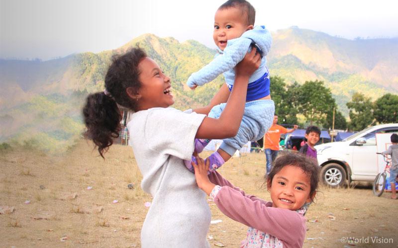 ▲ 월드비전이 실시한 아동심리보호센터 활동을 마친 후 밝은 모습으로 나오는 아이들(출처: 월드비전)