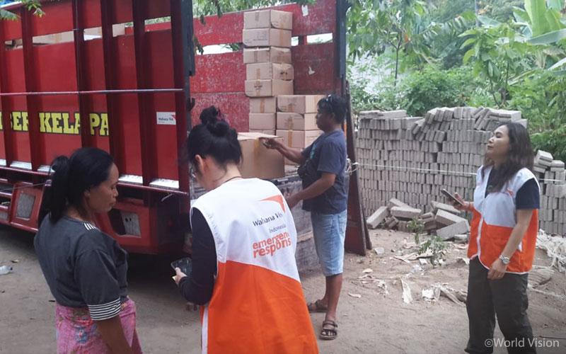 ▲ 피해 주민들에게 나눠주기 위한 구호물자를 준비하는 월드비전 직원과 자원봉사자의 모습 (출처: 월드비전)