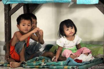 ▲ 임시 대피소에 피신해 있는 필리핀 피해 지역 아이들의 모습 (출처: 월드비전)