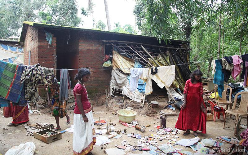 ▲ 지난 8월 발생한 홍수가 휩쓸고 지나간 케랄라(Kerala) 피해 지역과 주민들의 모습 (출처: 월드비전)