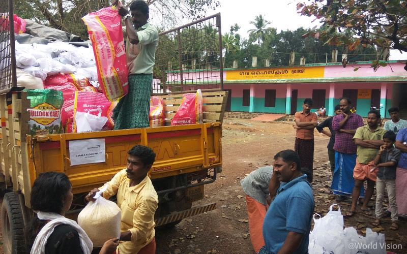 ▲ 5개 지역 중 말라퓨람(Malapuram)에서 1차 긴급구호물자 보급을 준비중인 월드비전 자원봉사자들의 모습 (출처: 월드비전)