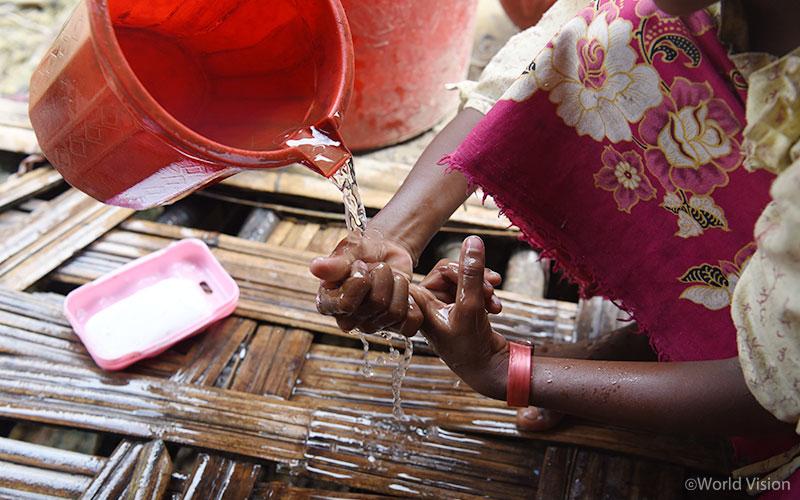 월드비전은 미얀마-방글라데시 난민 캠프 내 10개 구역에 식수시설을 설치하여 난민들이 깨끗한 물을 이용할 수 있도록 지원하였습니다. (출처: 월드비전)