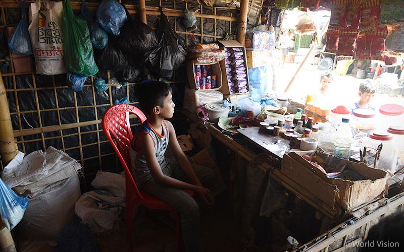 아동심리보호센터에서 공부하고 친구들과 뛰어 노는 대신 부모님을 도와 일을 하는 11만 명의 미얀마 난민 청소년들에게도 교육의 기회가 제공되어야 합니다. (출처: 월드비전)