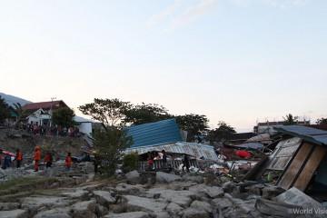 ▲ 지진과 쓰나미로 무너진 콘크리트 벽과 지붕 사이로 구조 작업이 진행되고 있습니다. (출처: 월드비전)