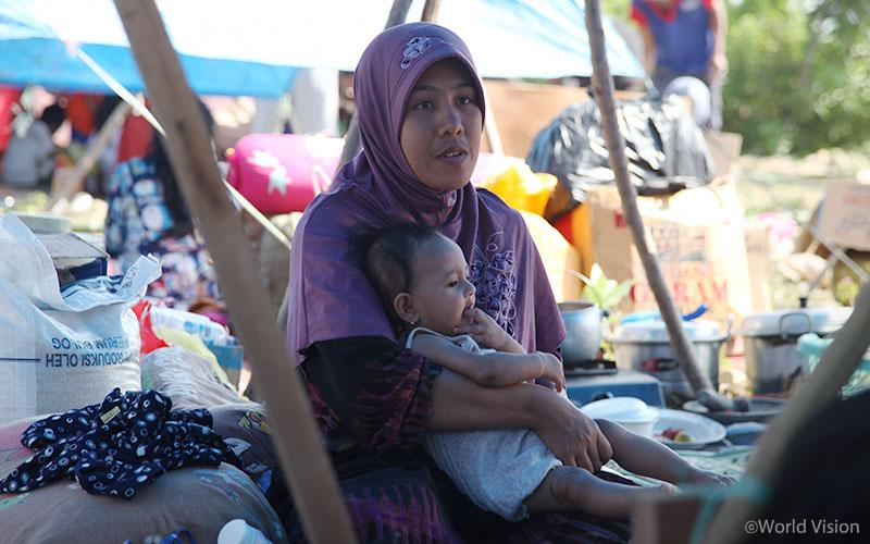 ▲ 피해 가족들과 아이들은 임시대피소에 마련된 천막 아래에서 힘든 시간을 보내고 있습니다. (출처: 월드비전)