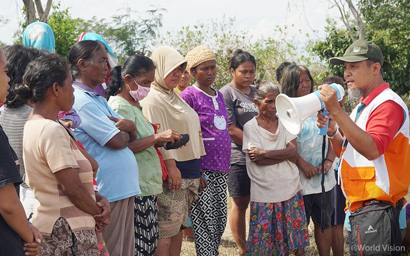 ▲ 피해 지역 주민들에게 거주지 보수 물품에 대해 설명하고 있는 월드비전 직원의 모습 (출처: 월드비전)