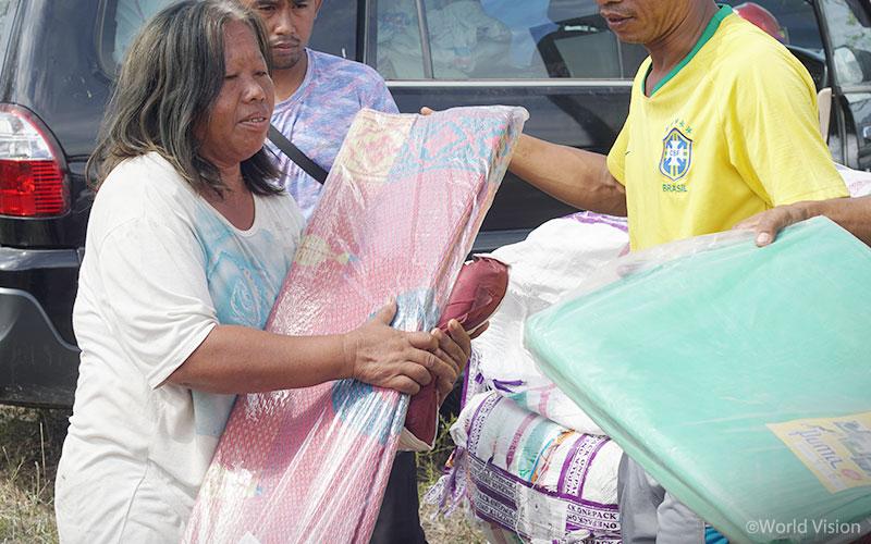 ▲ 월드비전은 지난 6일 팔루(Palu) 지역 피해 주민들에게 거주지 보수 키트를 지원하였습니다. (출처: 월드비전)
