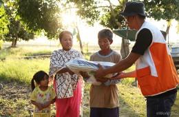 ▲ 피해 가정에게 가족 키트를 전달하는 월드비전 직원의 모습 (출처: 월드비전)