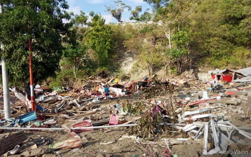 팔루(Palu) 지역을 강타한 쓰나미는 지진으로 무너진 잔해를 휩쓸어 그 피해를 더 극심하게 하였습니다. (출처: 월드비전)