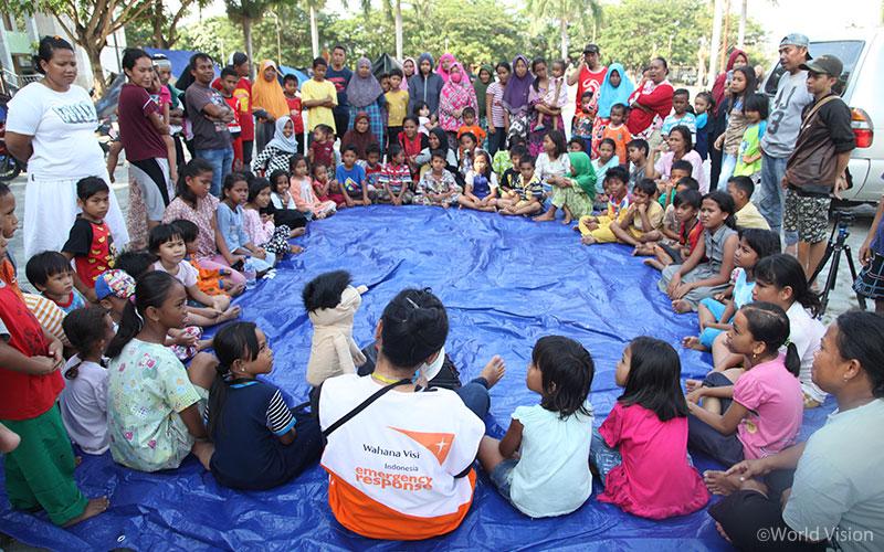 월드비전은 팔루(Palu)시에 위치한 임시 대피소 내 아동심리보호센터를 설치해 91명의 피해 아동과 함께 심리사회적 안정을 위한 다양한 활동을 진행하였습니다. (출처: 월드비전)